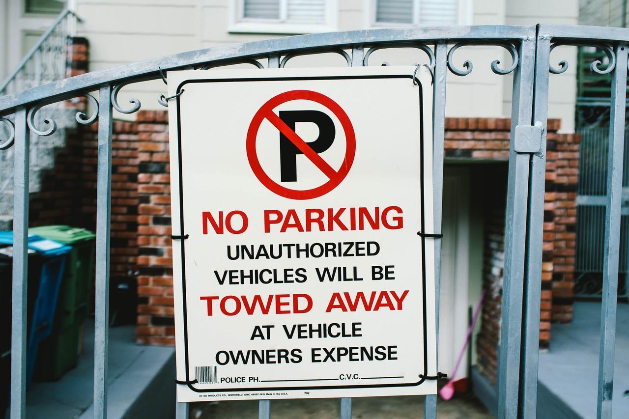 placa de proibido estacionar em frente