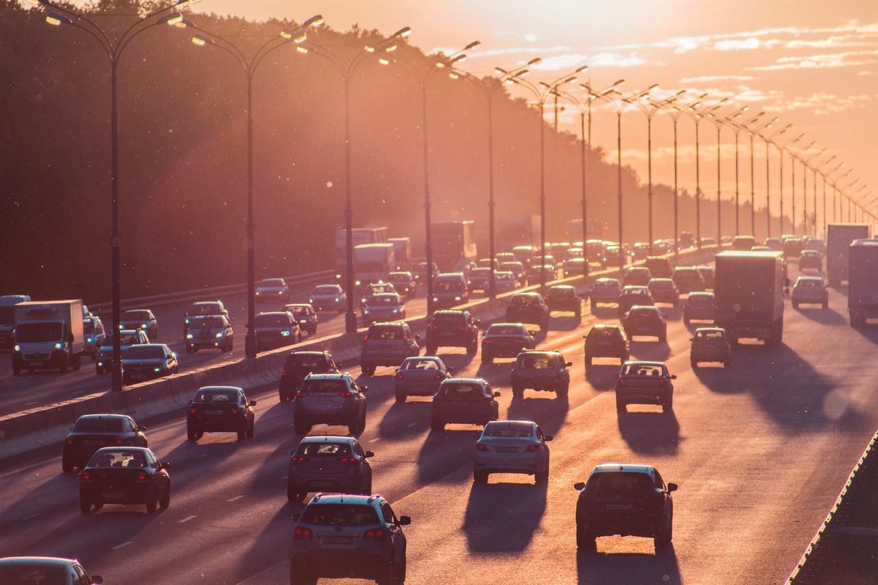 carros em movimento na rodovia