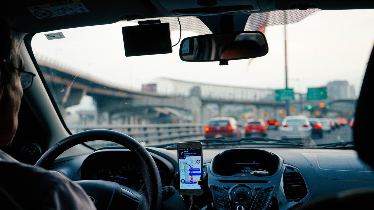 motorista no trânsito com celular