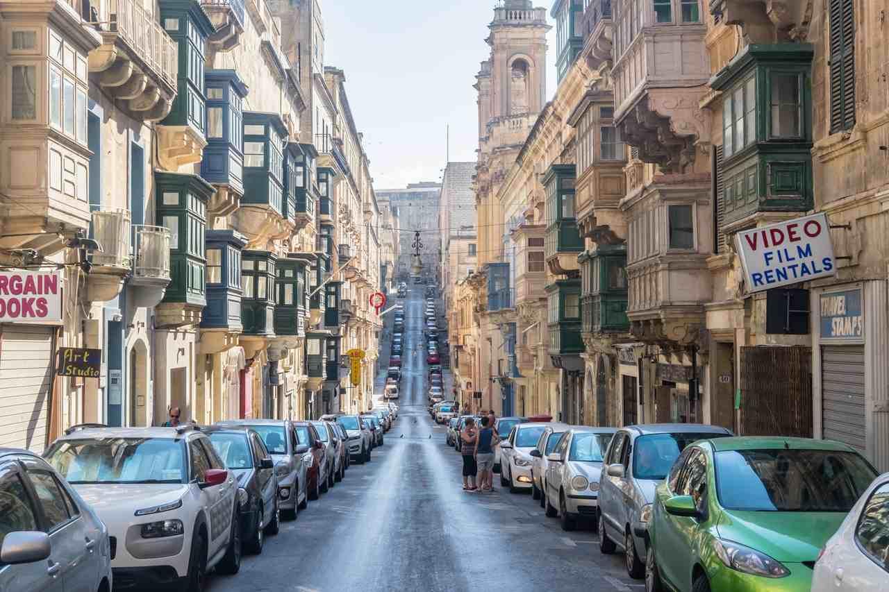 carros estacionados proximos a calçada