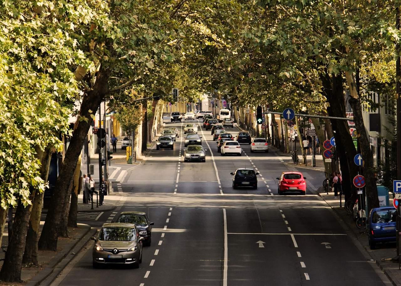 carros em movimento nos dois sentidos da rua