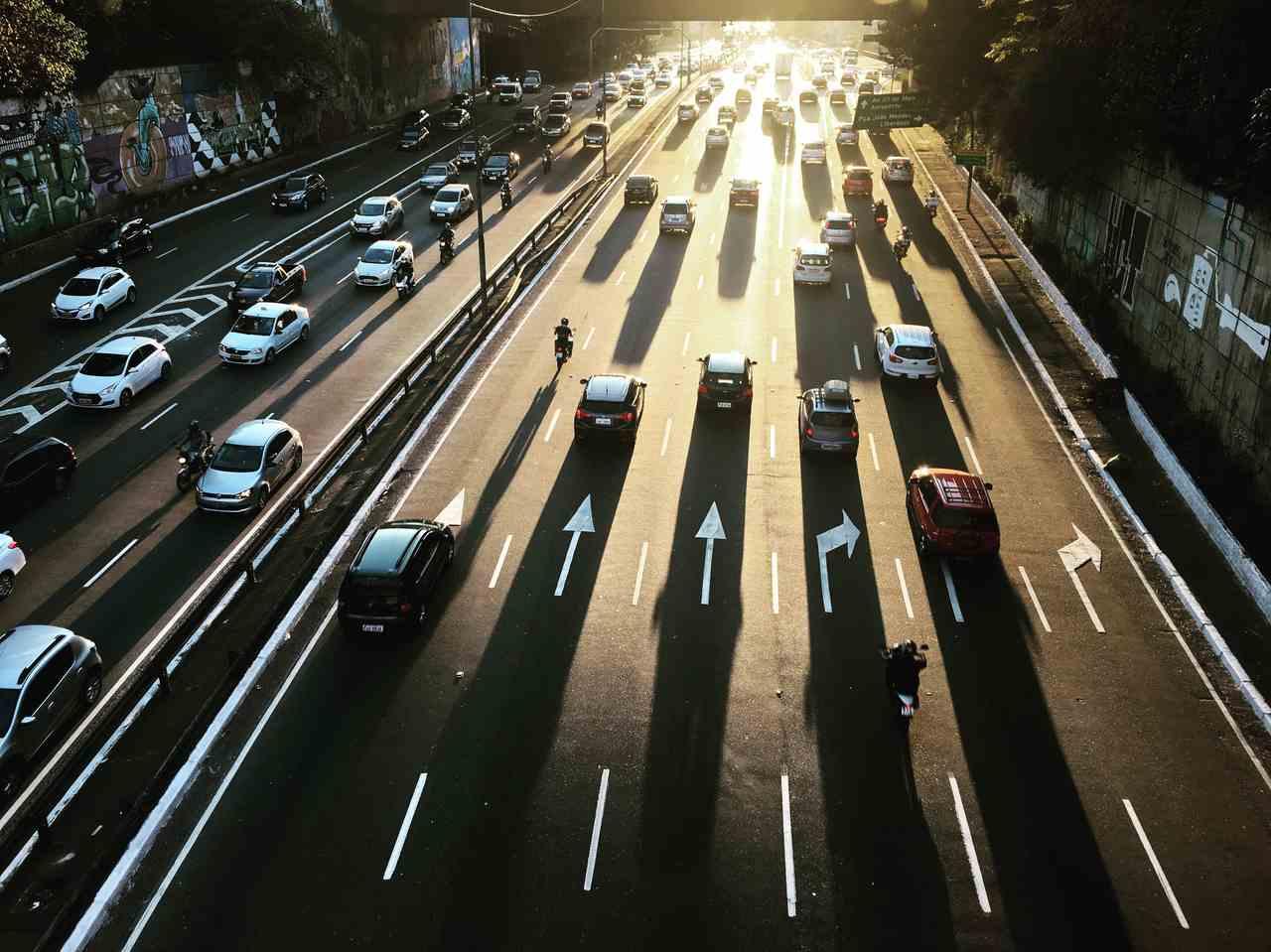 carros em movimento avenida dos Bandeirantes