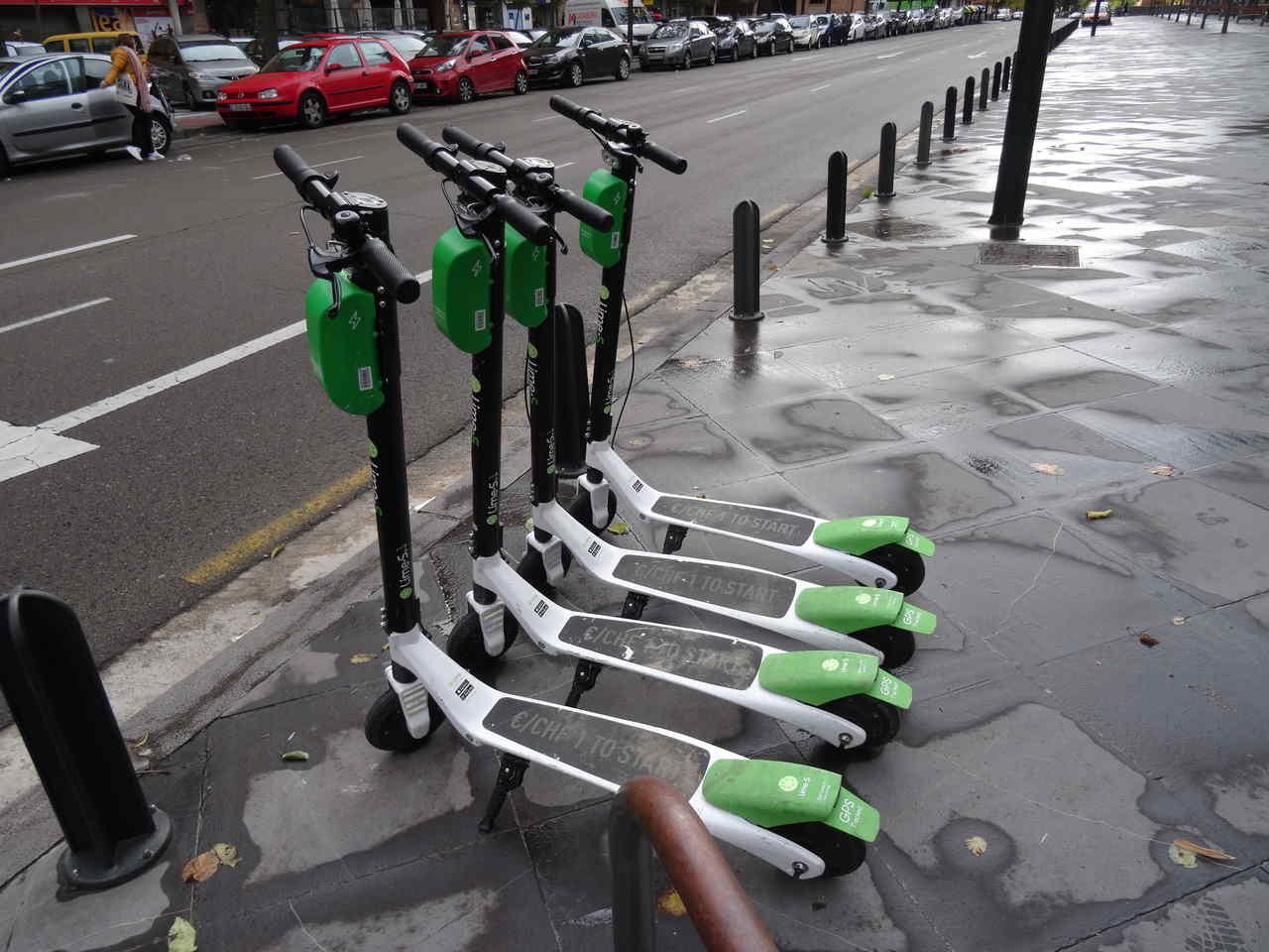 patinetes estacionados na calçada