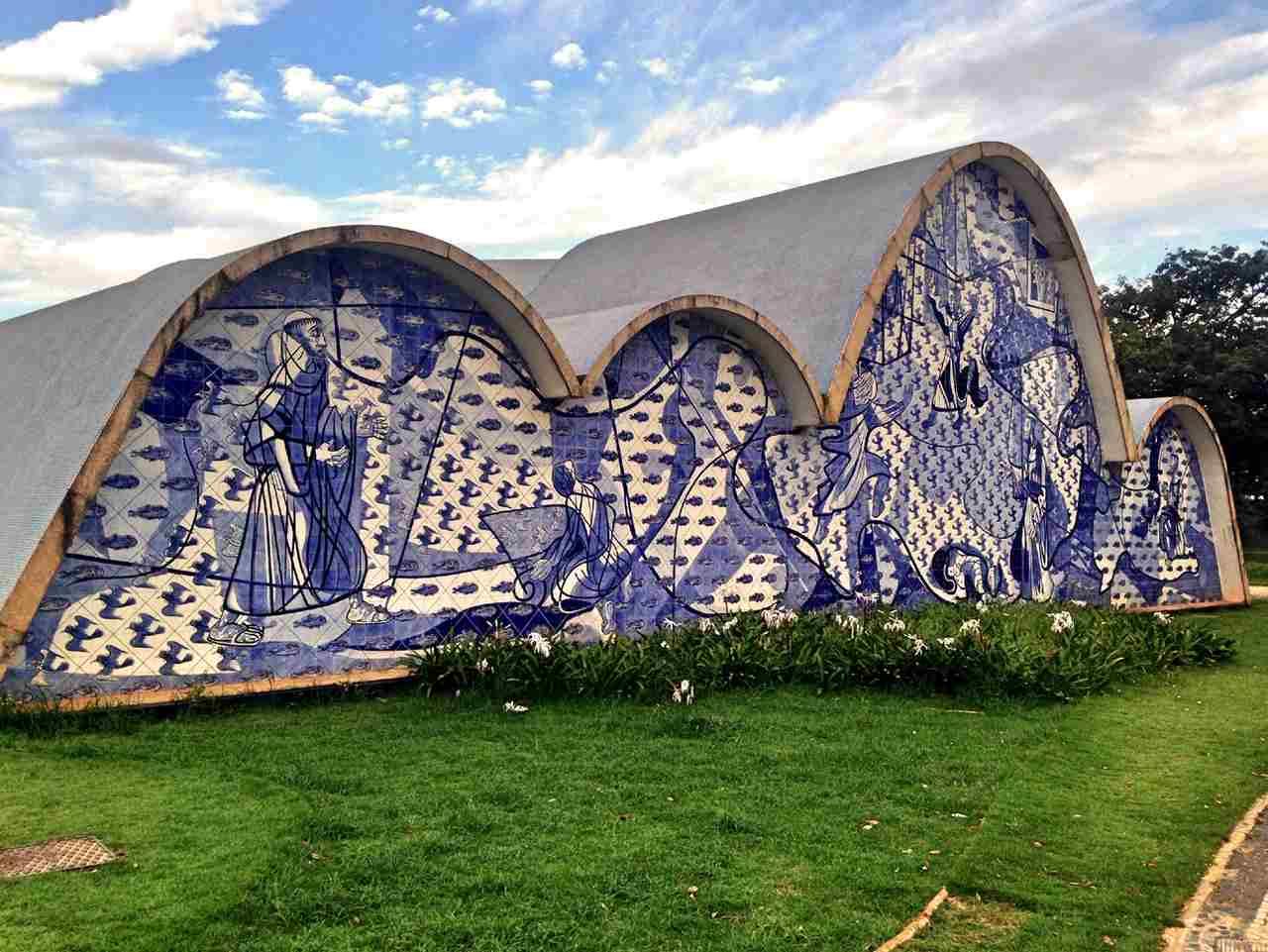 mural capela azulejos azuis lagoa da pampulha em belo horizonte