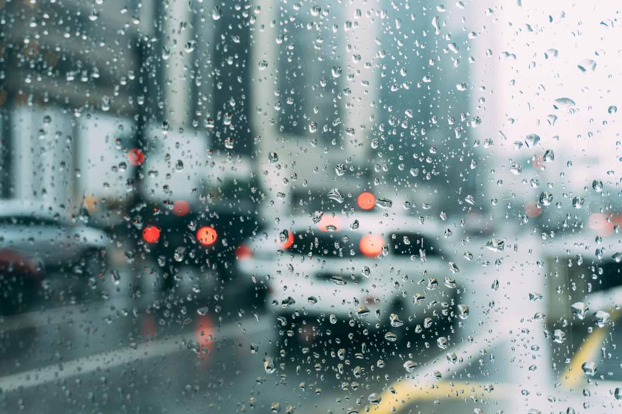 vidro do carro molhado no transito