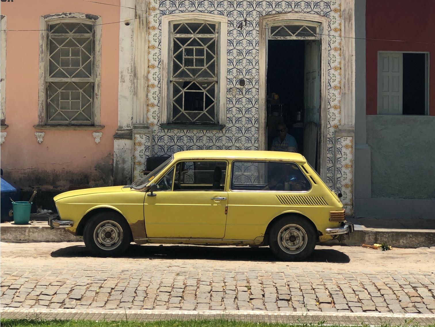 brasilia marela parada em frente a uma casa