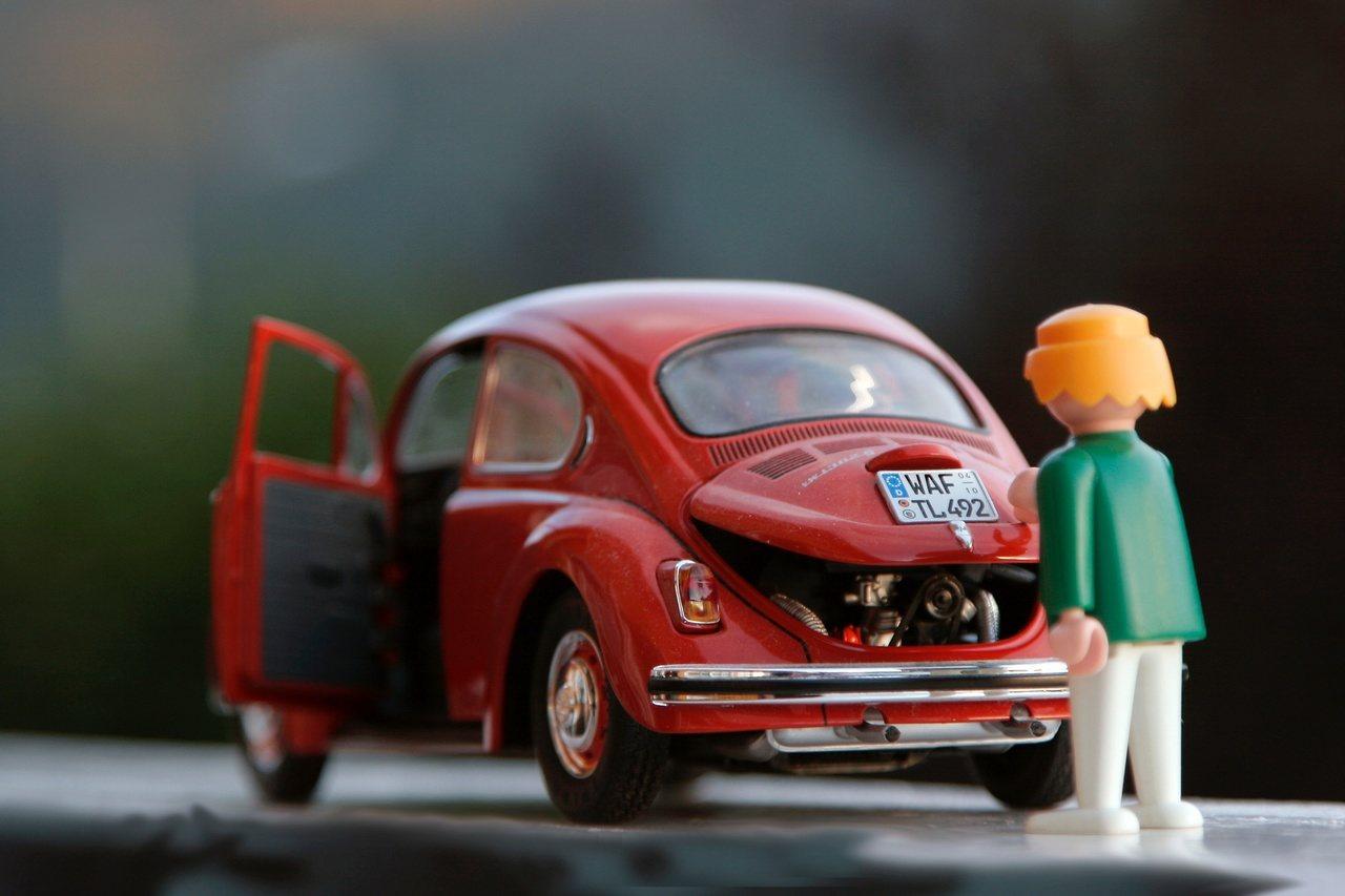 boneco conserta motor do fusca vermelho