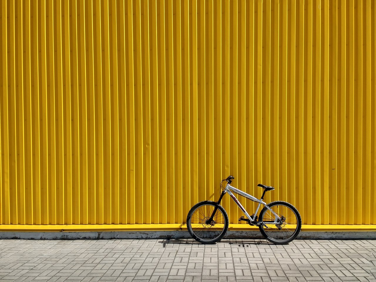 parede no fundo amarela bike na frente
