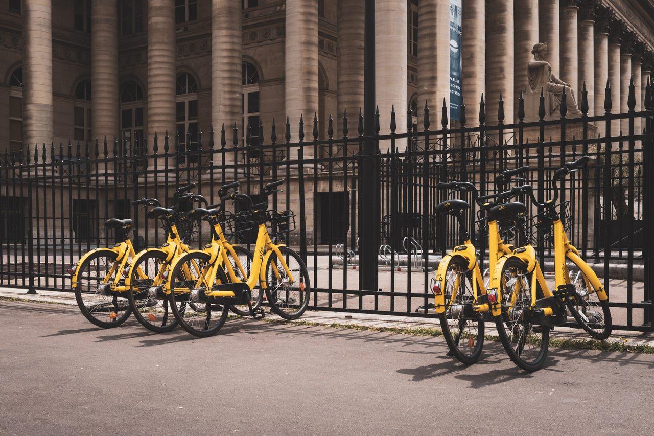 bicicletas estacionadas no ponto de coleta