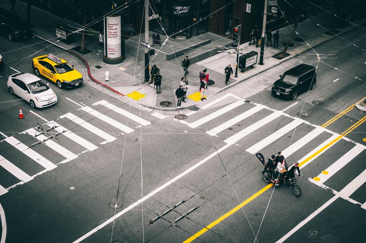 transito cruzamento de carros faixa amarela