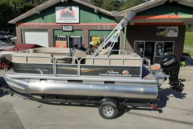 2021 Sun Tracker Party Barge® 18 DLX