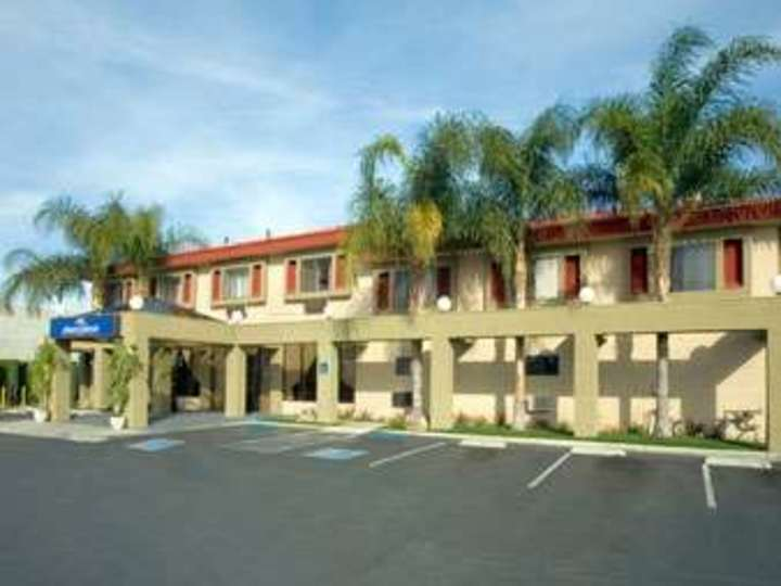 Howard Johnson Inn and Suites Reseda