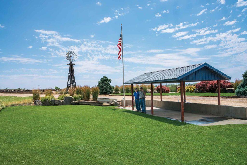 Kent et Darin Mann ont créé un parc de visite au centre de leur cour.