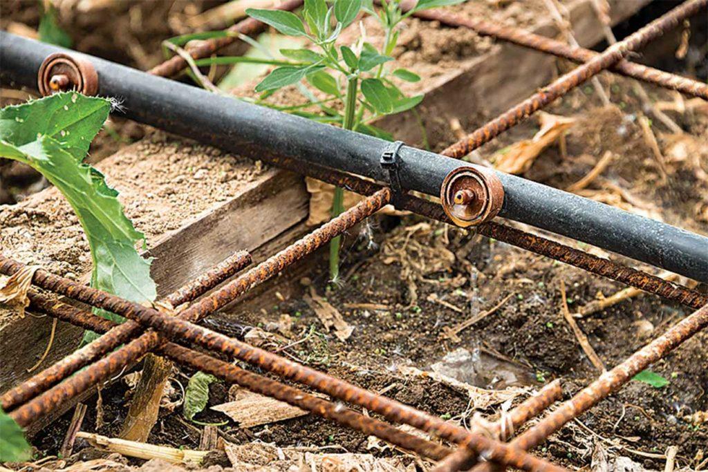 L'irrigation goutte-à-goutte applique la solution à un mélange de terre et paille dans un Phytobac. L'Europe en compte plus de 3000.