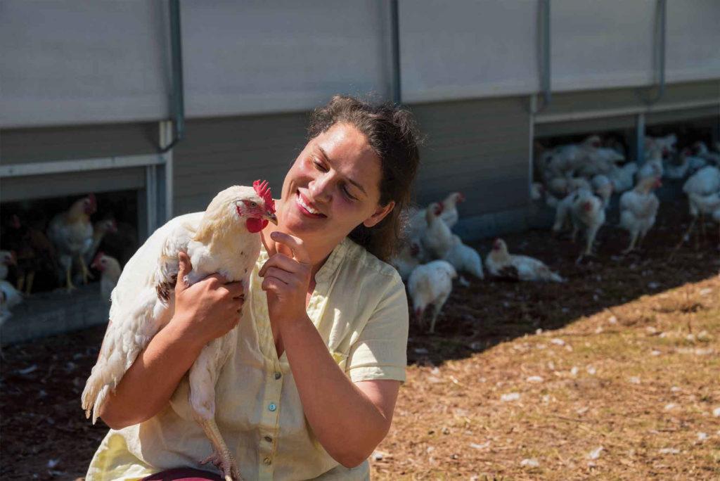 Christine Bremer inspecte un Bruderhahn (coquelet). Elle et son partenaire ont créé un marché pour la viande brune de coquelet.