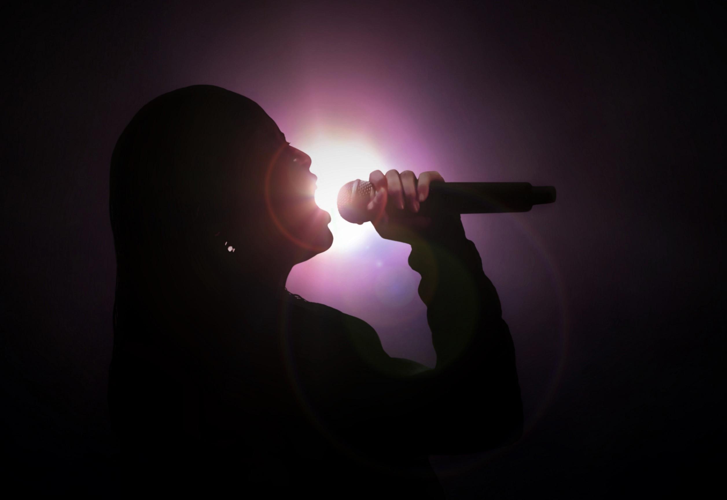 Pregnant singer