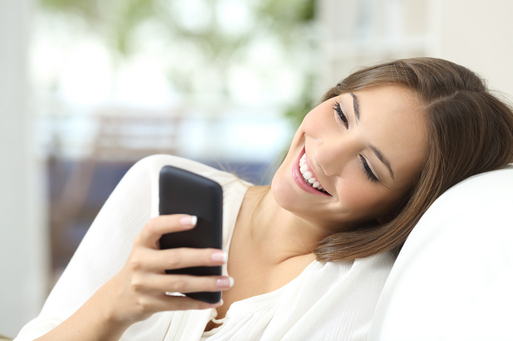 20 Signs That He Likes You Through Text