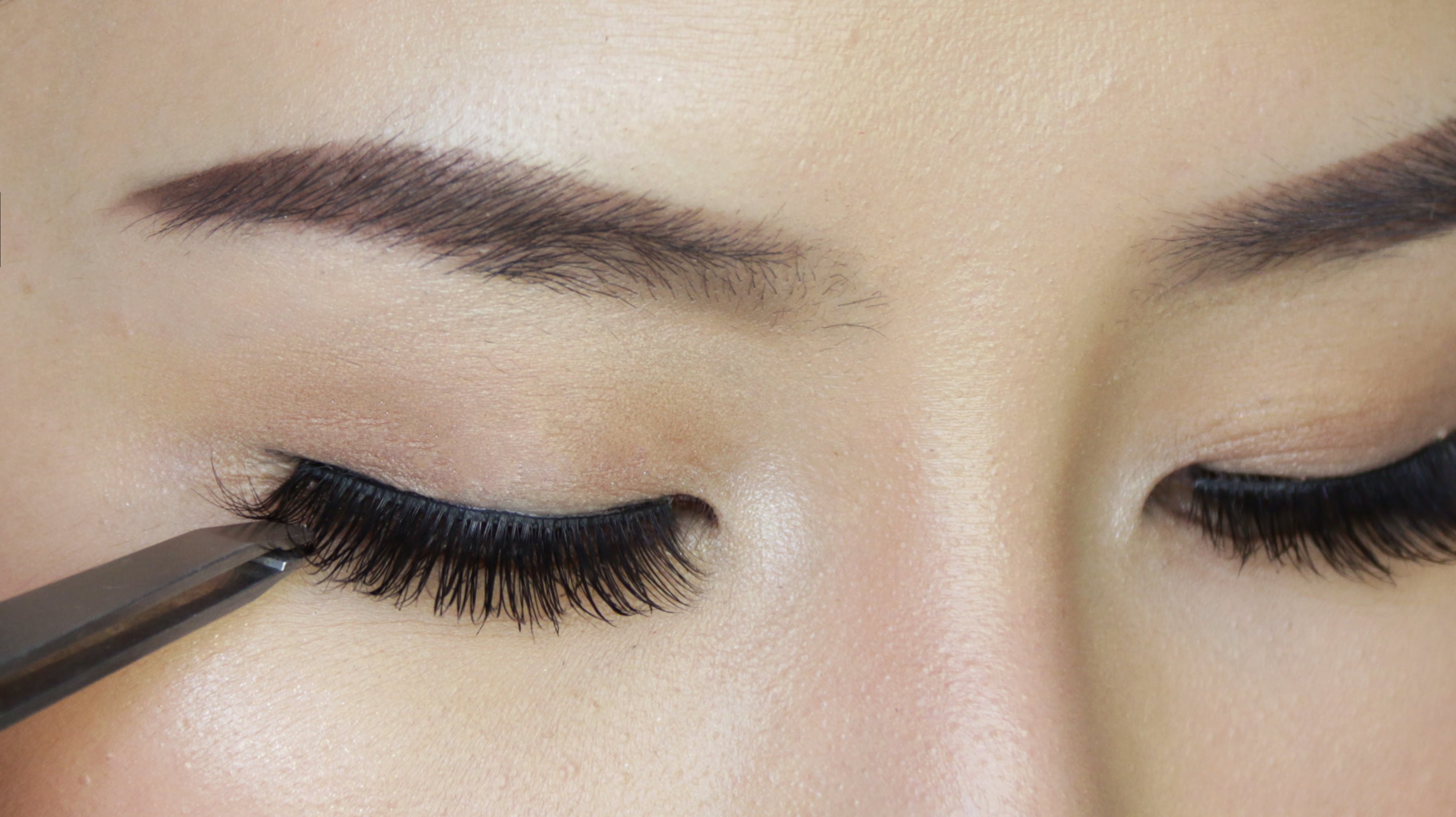 How To Put On Your Fake Eyelashes Easily Like A Pro