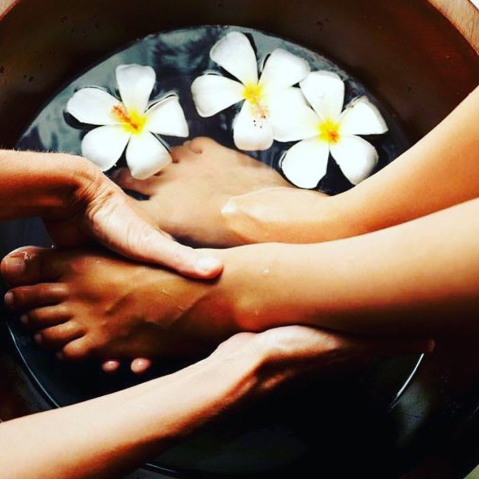 10 Simple Home Remedies For Cracked And Dry Feet