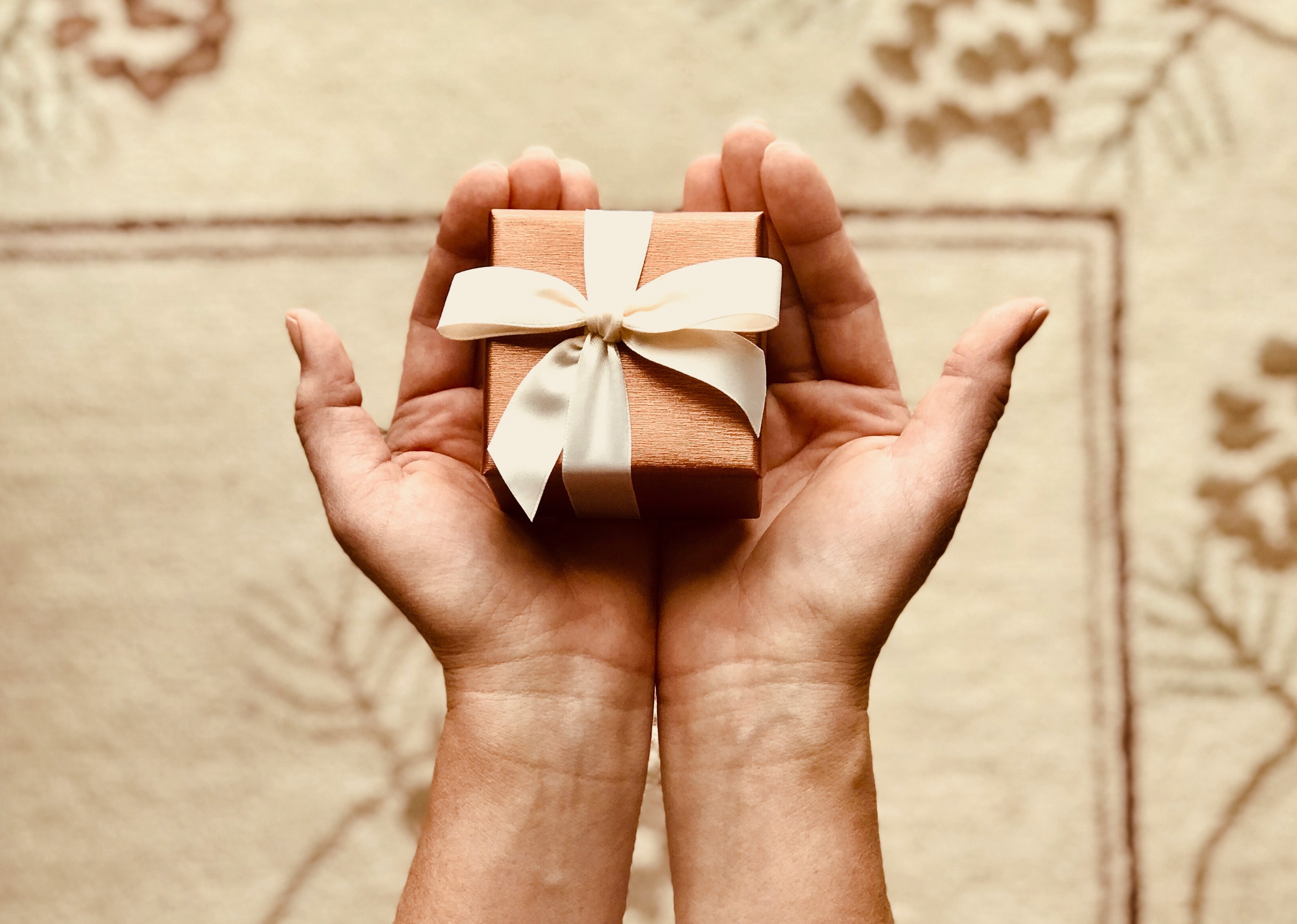 Top 15 best Girlfriend anniversary gifts for the milestones