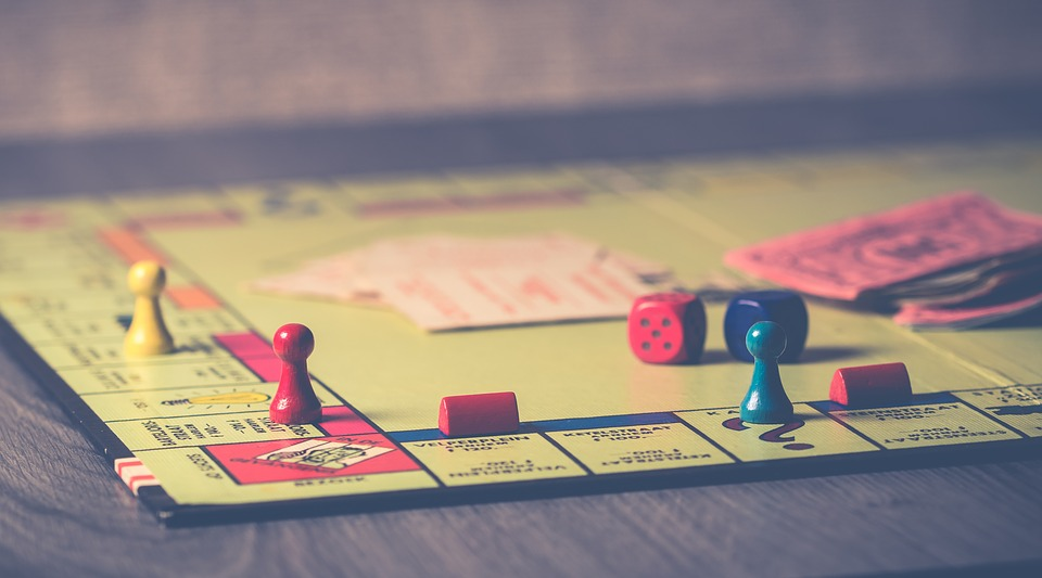 6 Board Games that Couples Should Play Throughout Winter
