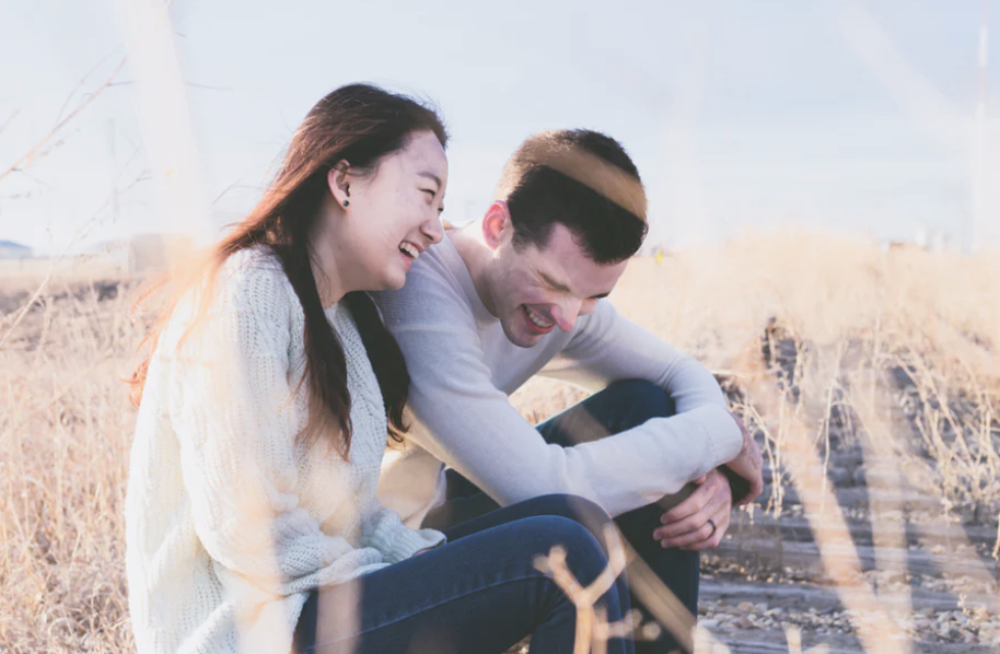 8 Obvious Signs that a Guy Likes You But Waiting For You to Ask Him
