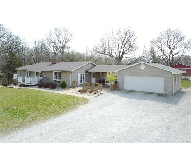 3 Bedroom, 2 Bathrooms, 2,062 sq. feet 6401 Old Orchard Lane Waterloo, IL