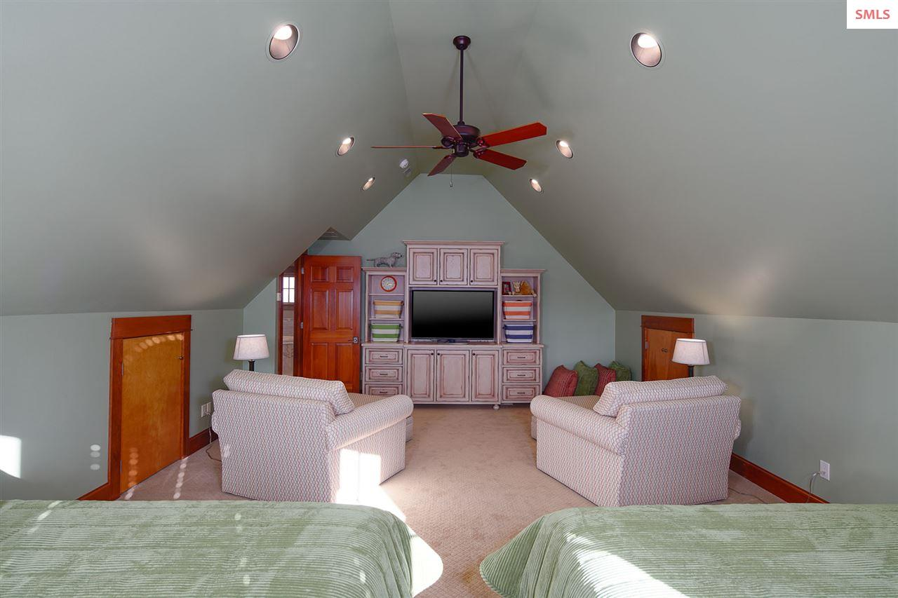 Play room or additional space adjacent to master