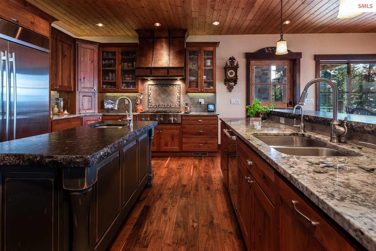 Two sinks, two islands, quality appliances & great
