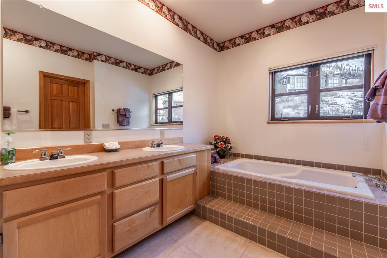 Deep bathtub for soaking.