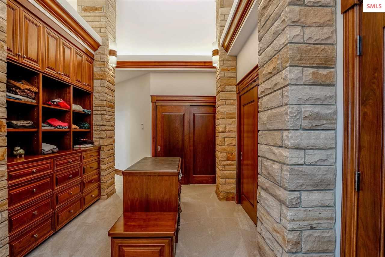 Huge dressing area w/shoe area and built-in drawer