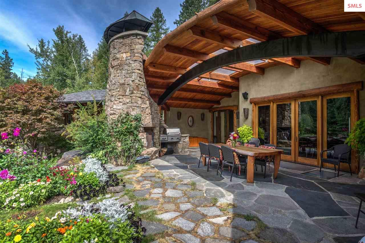 Curving wood and stone draw the eye to the lanai s