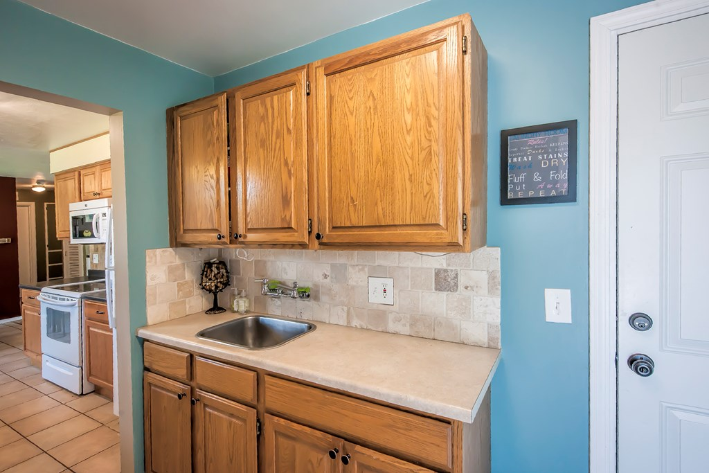 Laundry room storage w/ sink