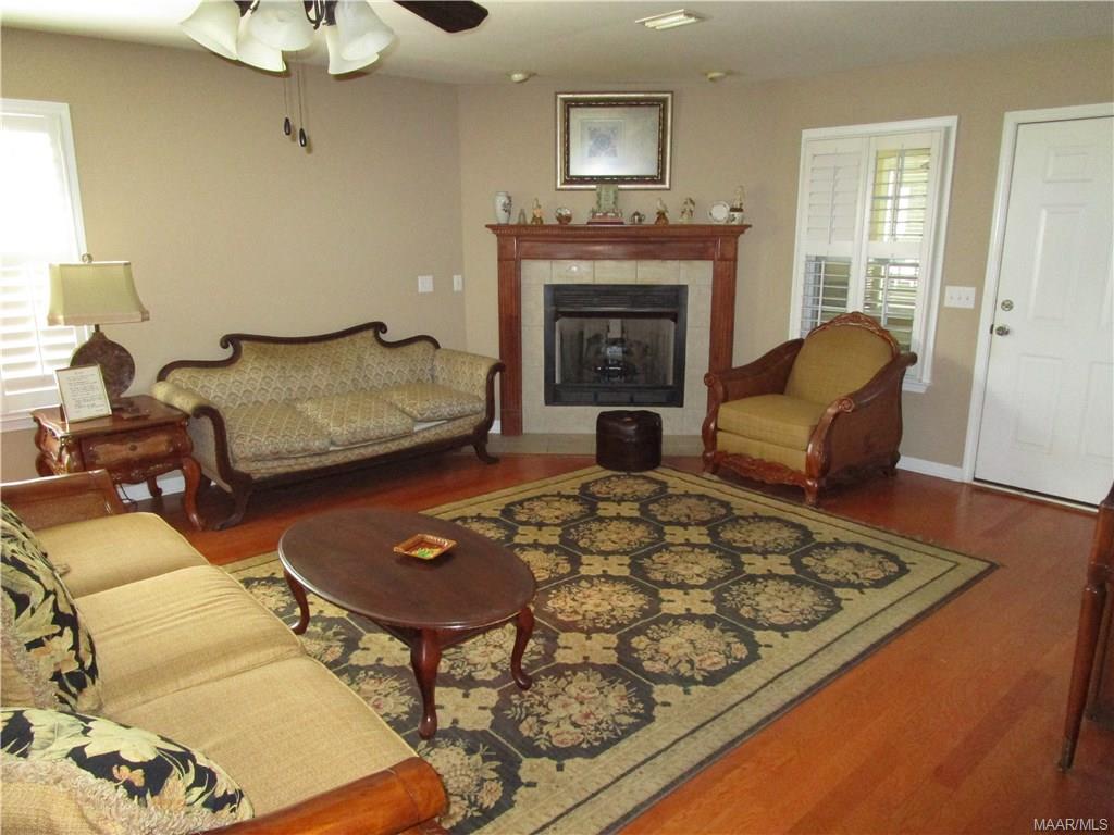 Living room w/gas log fireplace