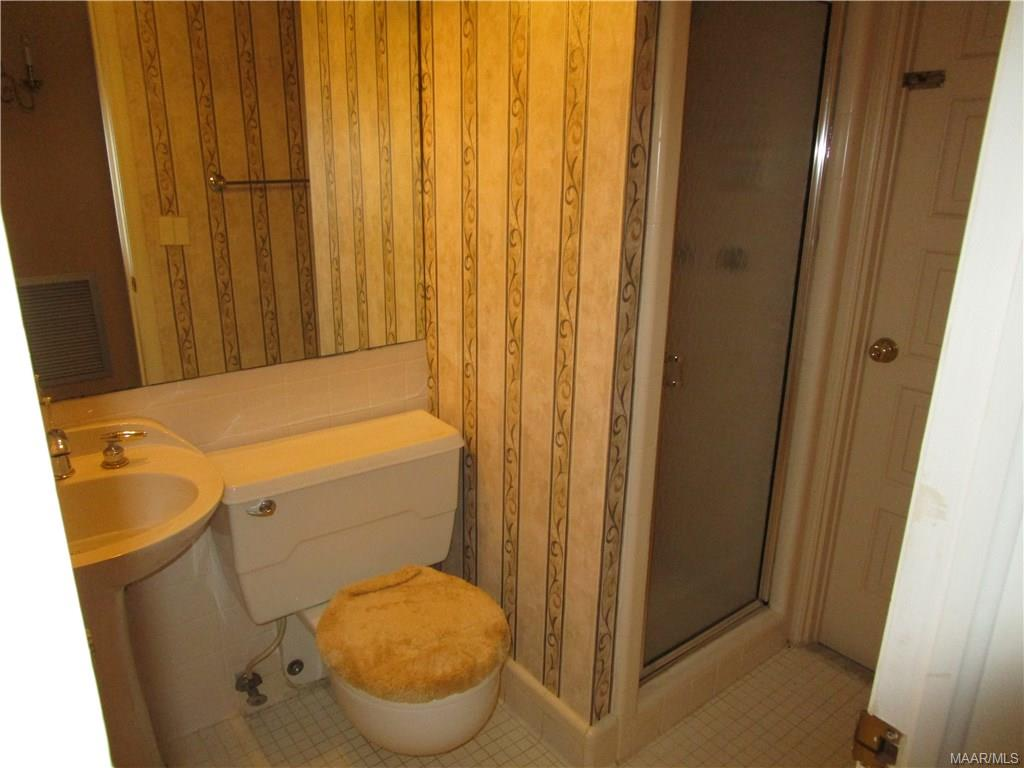 Bath w/shower off grandroom