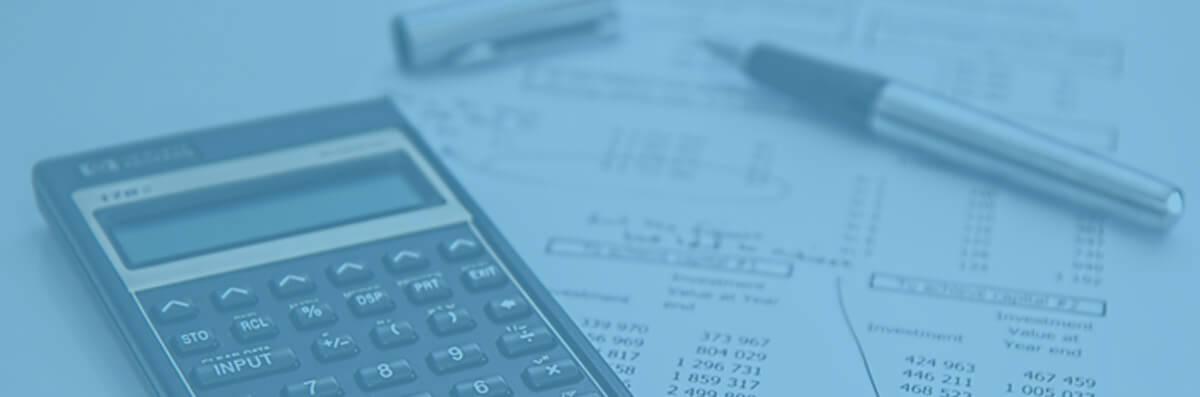 Lapicero, documentos fiscales y calculadora pequeña