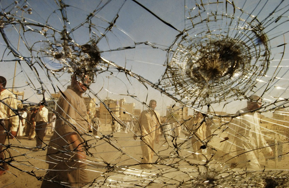 Thorne Anderson, </span><span><em>Picking through the wreckage of battle in Najaf, August 27, 2004</em>
