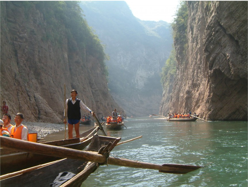 Jonathan Chang, </span><span><em>Tourists on sampans in the Lesser Three Gorges, 2007</em>