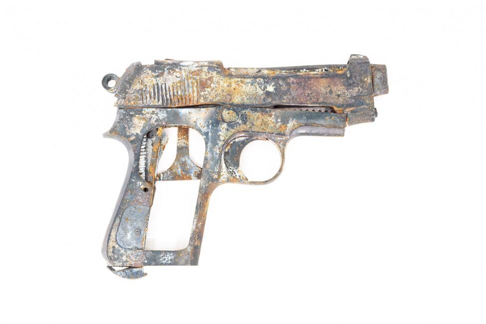 Steven James Brown, </span><span><em>Disabled Gun #2, 2003</em>, </span><span>Cibachrome  20 x 30'