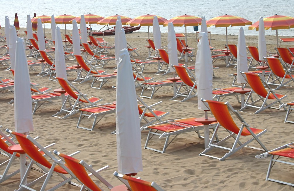 Allan Hymers, </span><span><em>Lido Beach Umbrellas, 2006</em>, </span><span>digital priint, 9 x 13.5 inches