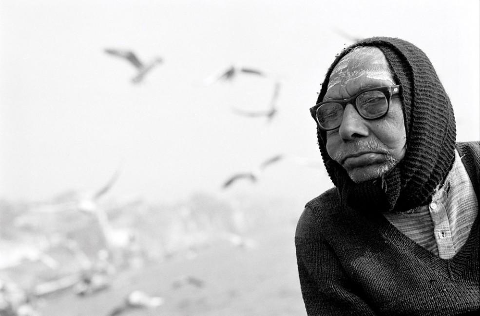 Christina Gapic, </span><span><em>Feeding Birds on the Ganges River</em>, </span><span>2007