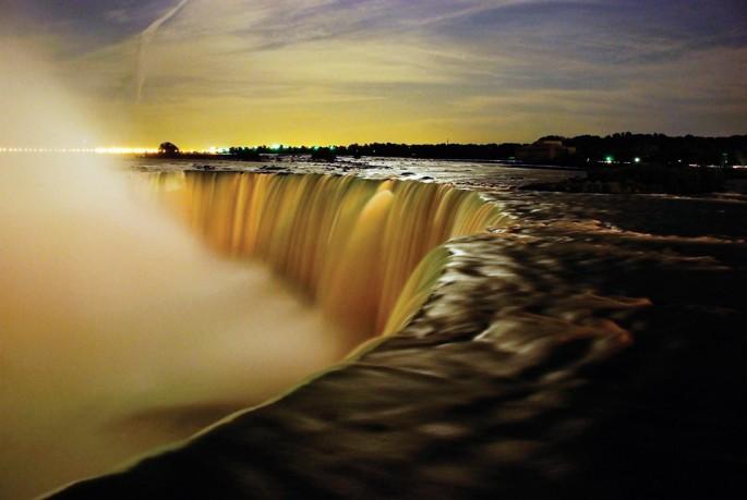 Deokwoo Lee, </span><span><em>Moonlight on the Niagara fall</em>, </span><span>2009