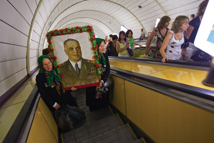 Ivan Kurinnoy, </span><span><em>Maria and Galina, twins and veterans of World War II carry a portrait of their hero Marshall Zhukov</em>, </span><span>2009