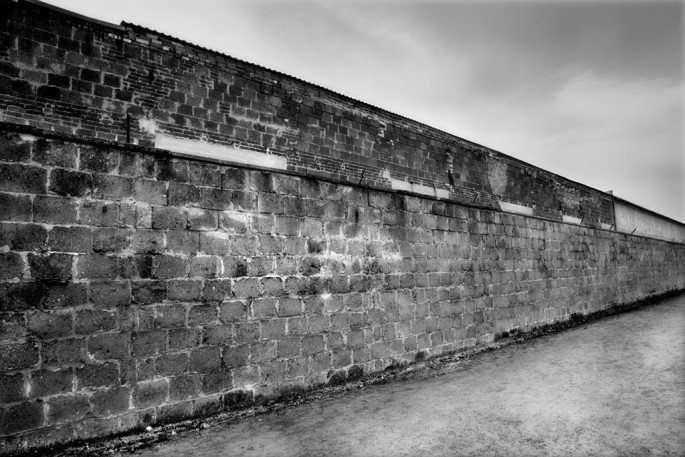 Patrica Wallace, </span><span><em>Brick Wall, Western Perimeter, Sachsenhausen</em>, </span><span>2010