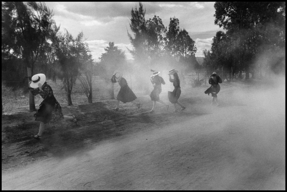 Larry Towell, </span><span><em>MEXICO. Durango. Young Mennonite women  fleeing a cloud of dust.</em>, </span><span>1994 Larry Towell/Magnum Photos