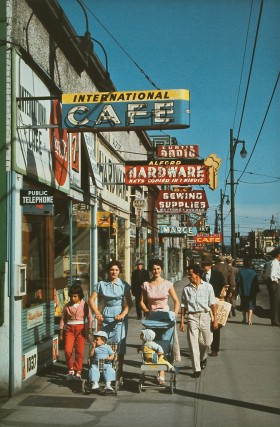 Fred Herzog, </span><span><em>Robson Street</em>, </span><span>1957 Courtesy of Equinox Gallery, Vancouver and Canadian Museum of Contemporary Photography, Ottawa