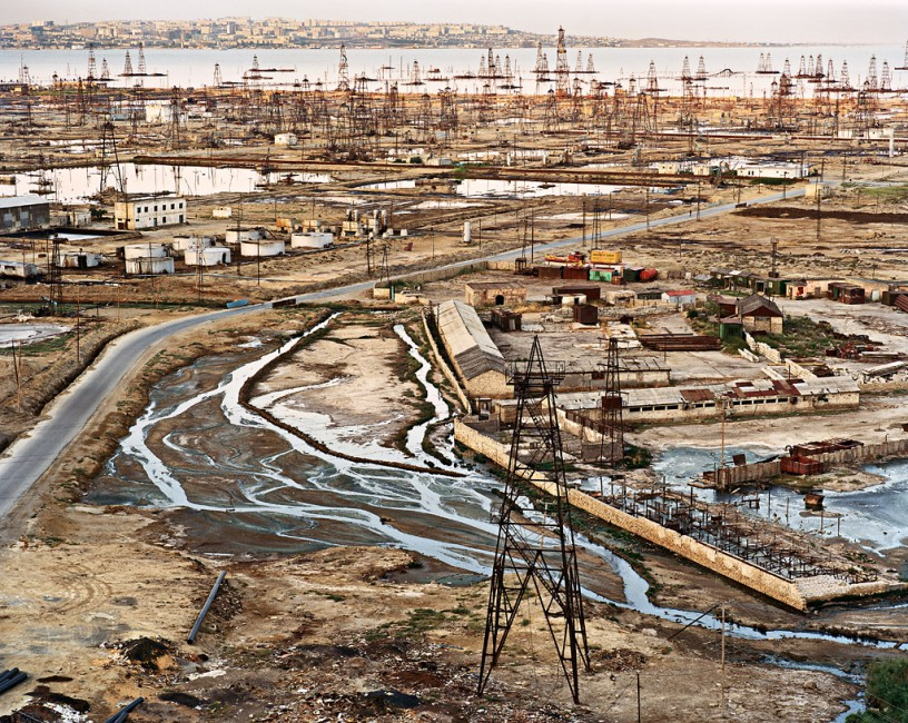 Edward Burtynsky, </span><span><em>SOCAR Oil Fields #9</em>, </span><span>Baku, Azerbaijan, 2006 photo © Edward Burtynsky, courtesy Nicholas Metivier, Toronto