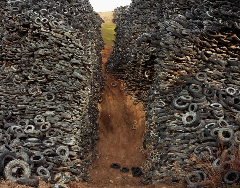 Edward Burtynsky, </span><span><em>Oxford Tire Pile #8</em>, </span><span>Westley, California, USA, 1999 photo © Edward Burtynsky, courtesy Nicholas Metivier, Toronto