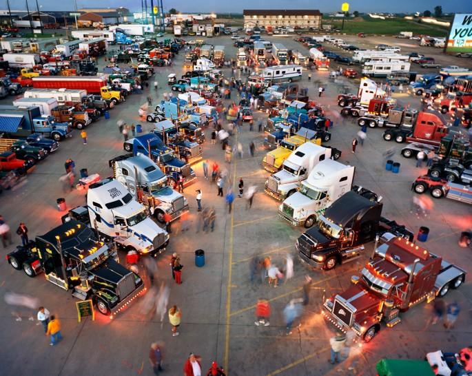 Edward Burtynsky, </span><span><em>Trucker's Jamboree #1,</em>, </span><span>Walcott, Iowa, USA, 2003 photo © Edward Burtynsky, courtesy Nicholas Metivier, Toronto