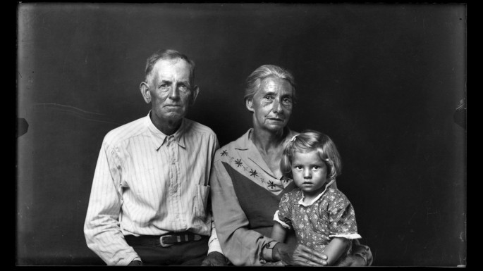 Mike Disfarmer, </span><span><em>Elderly Couple with Granddaughter</em>, </span><span>
